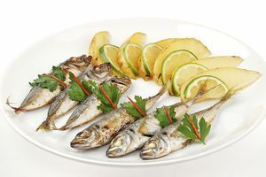 Готовую рыбку выложить на тарелку, украсить дольками лайма и зеленью.