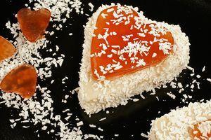 Украсьте десерт по желанию: шоколадным соусом, ягодами, кокосовой стружкой