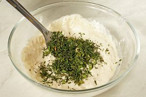 Довести до вкуса солью, сахаром и мелко нарезанной зеленью, хорошо перемешать.