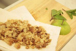 Взбить сливки с 1/2 частью сахарной пудры до образования плотной массы. Поставить в холодильник на 5 минут.