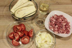 Баклажаны нарезать тонкими пластиками, помидоры дольками, лук соломкой. Лопатку баранины зачистить от пленок, нарезать на кусочки и прокрутить через мясорубку. Можно мелко нарезать и измельчить в блендере.