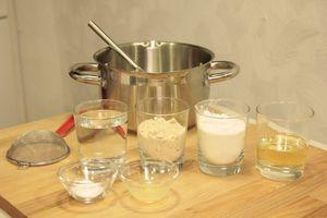 Приготовить опару: смешать муку, дрожжи, теплую воду (половину от общего количества), кефир. Накрыть пищевой пленкой и полотенцем. Дать постоять в теплом месте 10-15 минут, пока тесто не увеличится в размере в 2 раза.