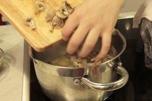 Заранее сваренный овощной бульон довести до кипения, опустить туда картофель. Варить до полуготовности. Затем добавить грибы и обжаренные овощи. Посолить, поперчить по вкусу. Проварить 5-7 минут.