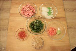 Рис промыть 7 раз, довести до кипения  и отварить на среднем огне в течение 20 минут.