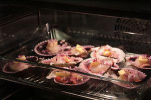 В разогретую до 180С духовку поставить гребешки, запекать 4-5 минуты, затем на каждую раковину выложить получившийся соус. Запекать еще 2-3 минуты.