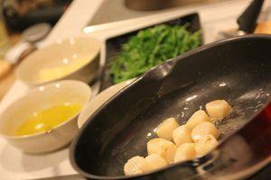 Уложите гребешки, грибы и ананасы на блюде вокруг горки с рукколой. При желании все ингредиенты можно перемешать.
