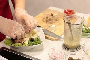 Выложить в тарелку смесь салатов, немного полить заправкой, затем выложить нарезанный произвольно картофель, фасоль, половинки помидоров и перепелиных яиц, шалот соломкой, тунец.