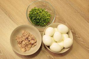 Смешать в салатнике вареный рис, нарезанное мелкой крошкой вареное яйцо, порубленную зелень и печень трески. Посолить, поперчить по вкусу. Взбить вилкой в воздушную массу.