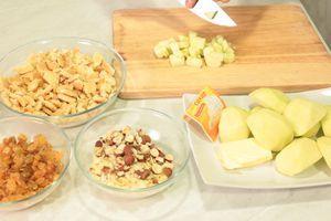 Яблоки очистить от кожуры и семечек. Изюм замочить на 5 минут в теплой воде.