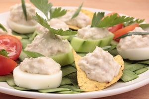 Выложить красиво на чипсы или крекер, гренки или дольку огурца или нарезанное кольцом вареное яйцо. Украсить зеленью.