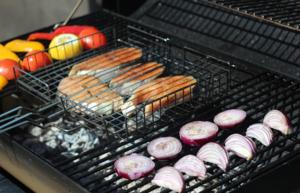 Обжарить стейки на решетке с двух сторон по 4-5 минут, до готовности.