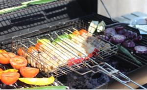 Обжарить на решетке с двух сторон до готовности морепродуктов.