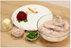 Лягушачьи лапки разморозить естественным способом на нижней полке холодильника. Промыть, обсушить, замариновать в вине, соли, перце на 30 минут.  Фасоль разморозить, положить в кипящую подсоленную воду на 3-4 минуты, проварить до полу готовности.