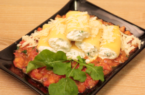 Выложить в форму для запекания, смазанную маслом и поставить в разогретую до 180С духовку на 5 минут. Подать на готовом томатном соусе.