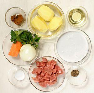 Свинину разморозьте естественным способом на нижней полке холодильника. Нарежьте небольшим кубиком. Картофель, морковь и лук очистите.