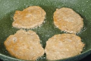 На разогретую с растительным маслом сковороду выложить порционно оладьи из мозгов, обжарить до румяного цвета с двух сторон.