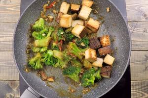 В конце выложить тофу, перемешать с овощами и соусом. Снять с огня.