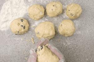 Разделить тесто на колобки ~ 5-7 штук