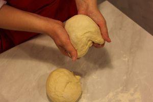 Приготовить тесто: в глубокой чашке взбить яйцо с сахаром. Затем добавить теплую воду, масло растительное, просеянную муку и дрожжи, замесить плотное тесто.