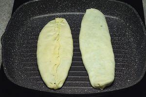 Быстро обжарить на сухой, хорошо разогретой сковороде с 2-х сторон. Сложить готовые кутабы на тарелку и накрыть полотенцем.