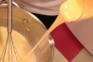 В сотейник влить 1/2 стакана сливок, довести до кипения, затем добавить лаймово-желатиновую смесь и снять с огня. Добавить разломанный на кусочки белый шоколад и размешать венчиком до однородной консистенции.