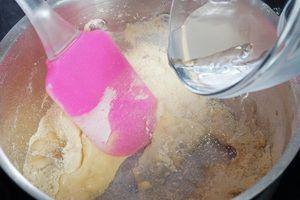 Влейте воду, хорошо размешайте силиконовой или деревянной лопаткой