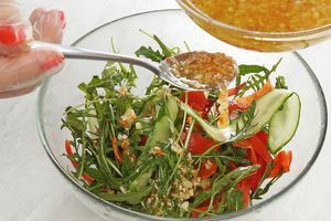 Заправить салат заправкой, добавить спагетти и креветки, хорошо перемешать и выложить на тарелку.