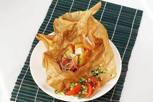Готовый картофель разрежьте крест на крест, в центр положите кубик сливочного масла, посолите по вкусу. Украсьте свежими овощами и зеленью.