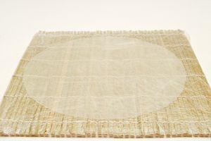 Опустить в воду один лист рисовой бумаги, а когда он станет мягким и эластичным, аккуратно расстелить его на бамбуковом коврике.