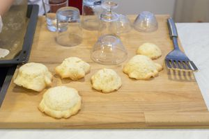 Остудить.   Готовые корзиночки можно использовать для оформления фруктовых десертов, мороженого, тирамису