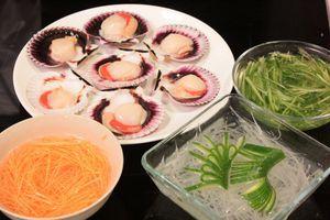 Огурцы, дайкон и морковь нарезать очень тонкой соломкой, опустить на 5 минут в ледяную воду.