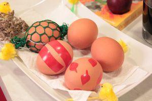"""Бабушкины рецепты натуральных окрасок яиц:  1. В луковой шелухе: необходимо заранее приготовить отвар из шелухи ( чем больше шелухи, тем лучше). Залейте ее водой, прокипятите 30-40 минут и дайте настояться. Опустите в кипящий отвар подготовленные яйца, варите 10 минут. Выньте, обсушите. Можно сделать """"трафареты"""" из свежей зелени или зернышек риса: смочите яйцо,уложите на скорлупу маленькие листочки или зернышки, оберните аккуратно яйцо капроновым гольфом, чтобы рисунок зафиксировался, после этого поместите в отвар."""