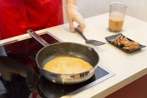 Налейте на сковороду тонким слоем омлет,