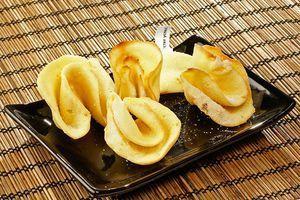 Готовые печенья можно посыпать сахарной пудрой или украсить цветной посыпкой.
