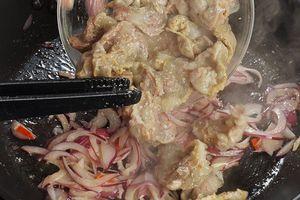 Вареные желудки разрезать на небольшие кусочки, добавить к луку. Обжарить 5-7 минут