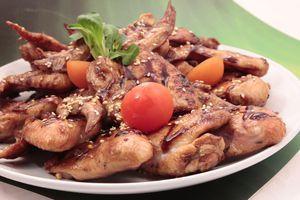 Подайте на украшенной свежими овощами тарелке, посыпав кунжутом.