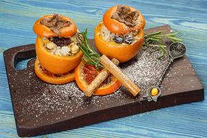 Готовую хурму выложить на тарелку, посыпать сахарной пудрой, украсить карамелизованным апельсином.