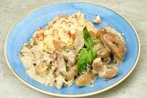 На тарелку выложить горкой гарнир из кускуса с помидорами, рядом тушеные в сметане семенники, украсить зеленью. Изысканный деликатес готов!