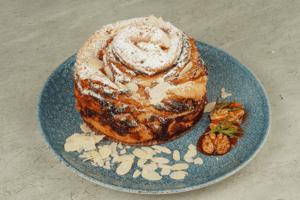 Готовый пирог украсить сахарной пудрой и орехами.