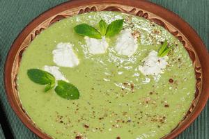 Украсить готовый суп мятой и сыром рикотта.