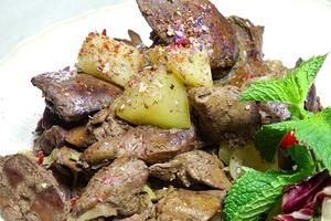 Готовую печень украсить смесью салатов и подать как самостоятельное блюдо.