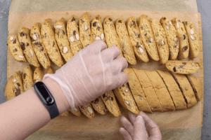 Вынуть из духовки, немного охладить, чтобы можно было нарезать на полоски толщиной 1-1,5 см. Перевернуть печенье разрезом вверх и поставить в духовку еще минут на 20.