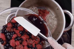 Пока основа с кремом остывают, готовим ягодную заливку: желатин залить кипяченой холодной водой на 5-10 минут (у нас листовой желатин, поэтому его перед приготовлением необходимо отжать). В кастрюльку слить сок с ягод, влить 1/2ст воды, распустить желатин. Добавить желатин к ягодам.