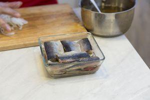 Филе сельди уложить в один слой в глубокую форму,затем сверху положить лук, нарезанный полукольцами, еще слой сельди, лук и залить маринадом, чтобы закрыло всю рыбу.