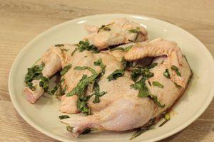 Цыпленка промыть, удалить оставшиеся перья, обсушить. Разрезать вдоль грудки, развернуть. Тушку цыпленка немного посолить, положить на 30 минут  в маринад.
