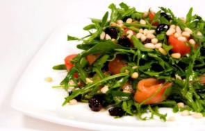 Салат из семги с рукколой