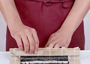 Подготовьте рис, как описано в рецепте. Для приготовления одного ролла (6-8 кусочков) понадобится 200г риса