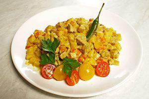 Выложите готовое карри на тарелку, украсьте по желанию свежими овощами