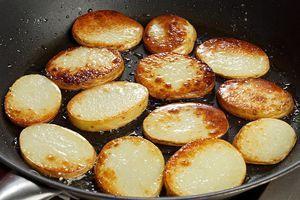 Для гарнира, промойте молодой картофель, нарежьте кругляшами и обжарьте на растительном масле до румяной корочки, посолите, поперчите в конце приготовления.