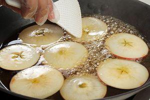 На сковороде доведите до кипения воду с сахаром, проварите в этом сиропе яблоки до полу прозрачности. Снимите с плиты и остудите.